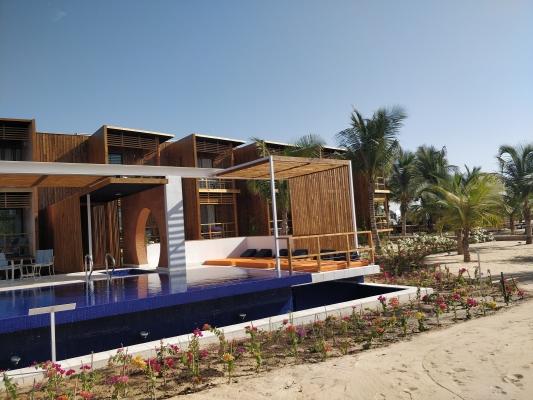 5-Agrandissment Lamantin hotel, vue cote piscine (2).jpg